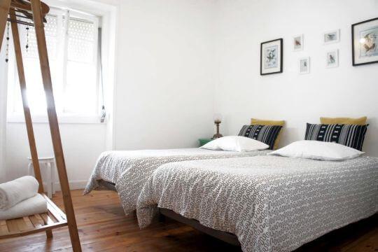Zweibettzimmer mit Dekoration und Blick nach Draussen