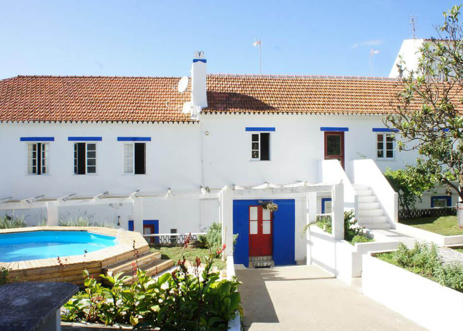 Jardim do Olive3 com piscina e entrada para o espaço