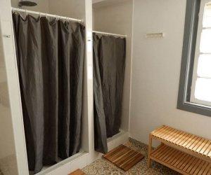 Gemeinschaftsbad mit Duschen