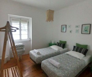 Zweibettzimmer mit zwei Einzelbettern und Kleiderständer
