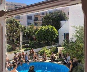 Pool mit Menschen rundherum