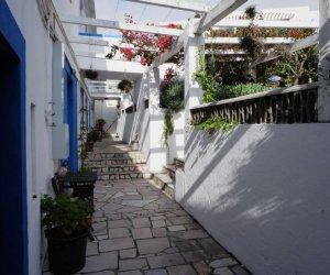 Außenbereich am Eingang, mit Mauern und Stufen