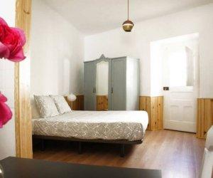 Studio mit Doppelbett und Schrank