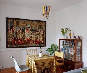Wohnzimmer mit Tisch und Stühlen