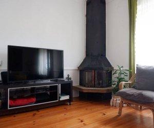 Wohnzimmer mit TV und Cheminée